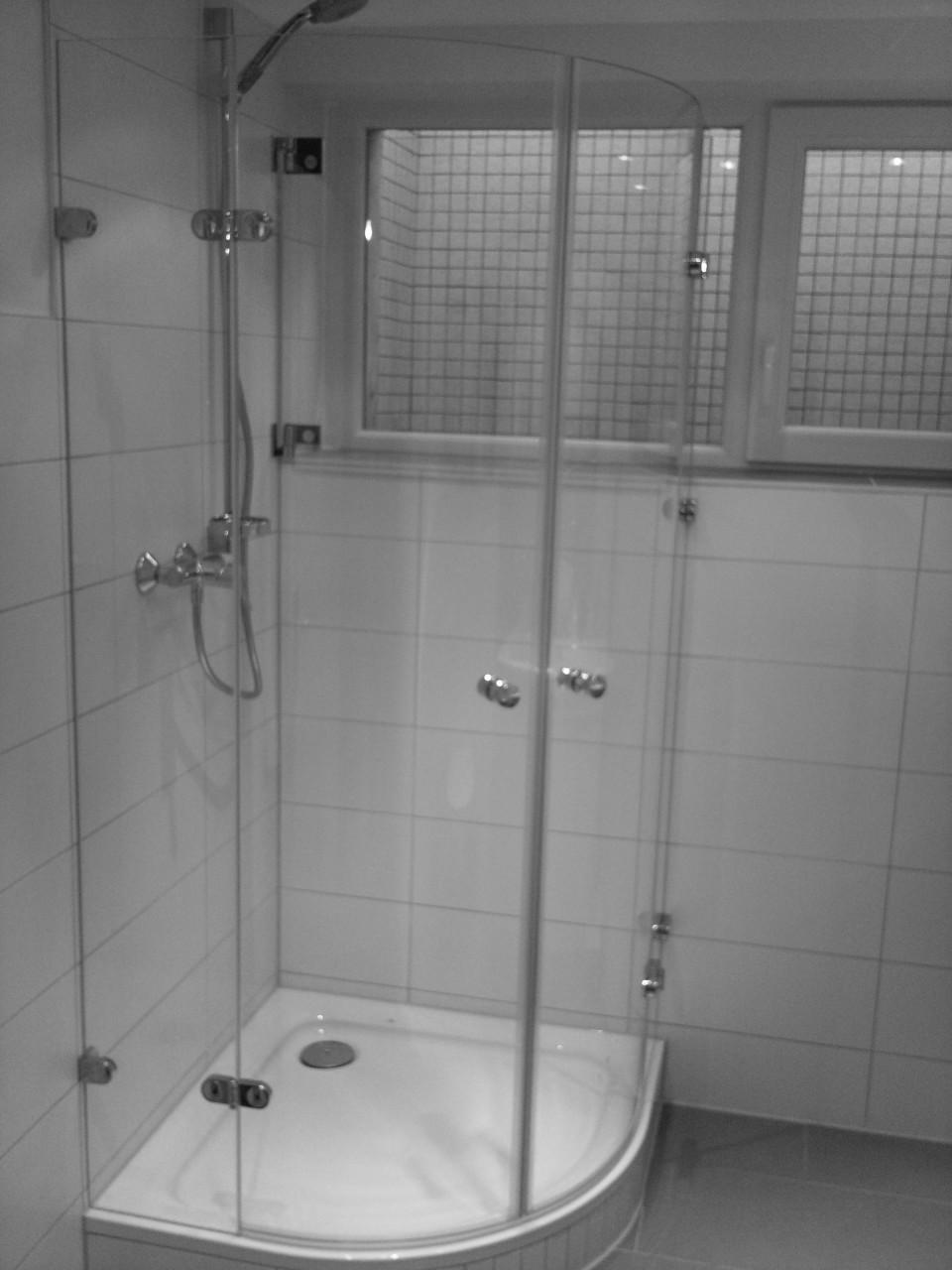 arano 260 mit zus tlichem spritzschutz vor dem fenster zum wegklappen rk duschsysteme. Black Bedroom Furniture Sets. Home Design Ideas