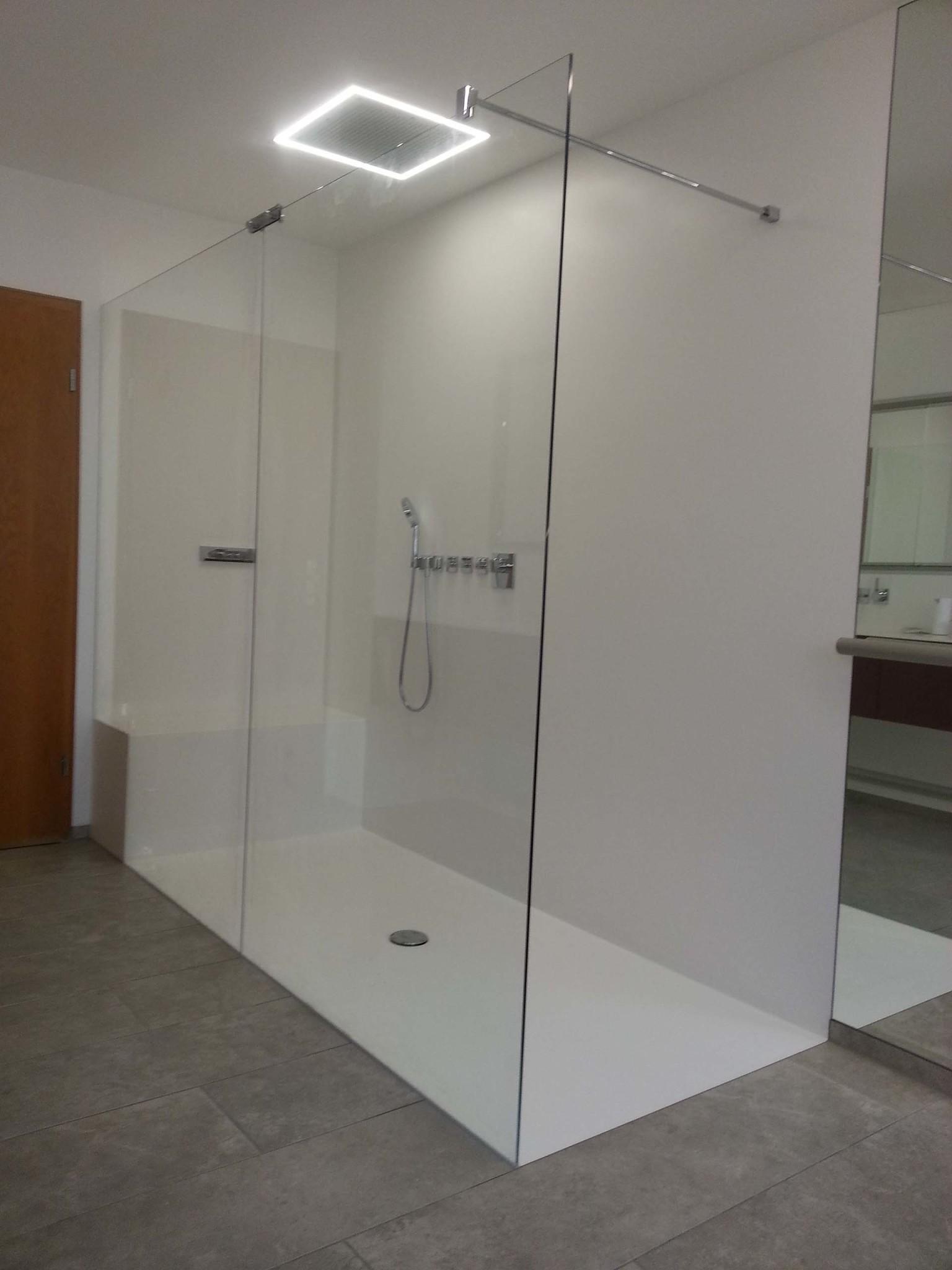 Übergrosse Trennwand bestehend aus zwei Glasteilen in der Mitte gestossen mit Stabilisationsstange