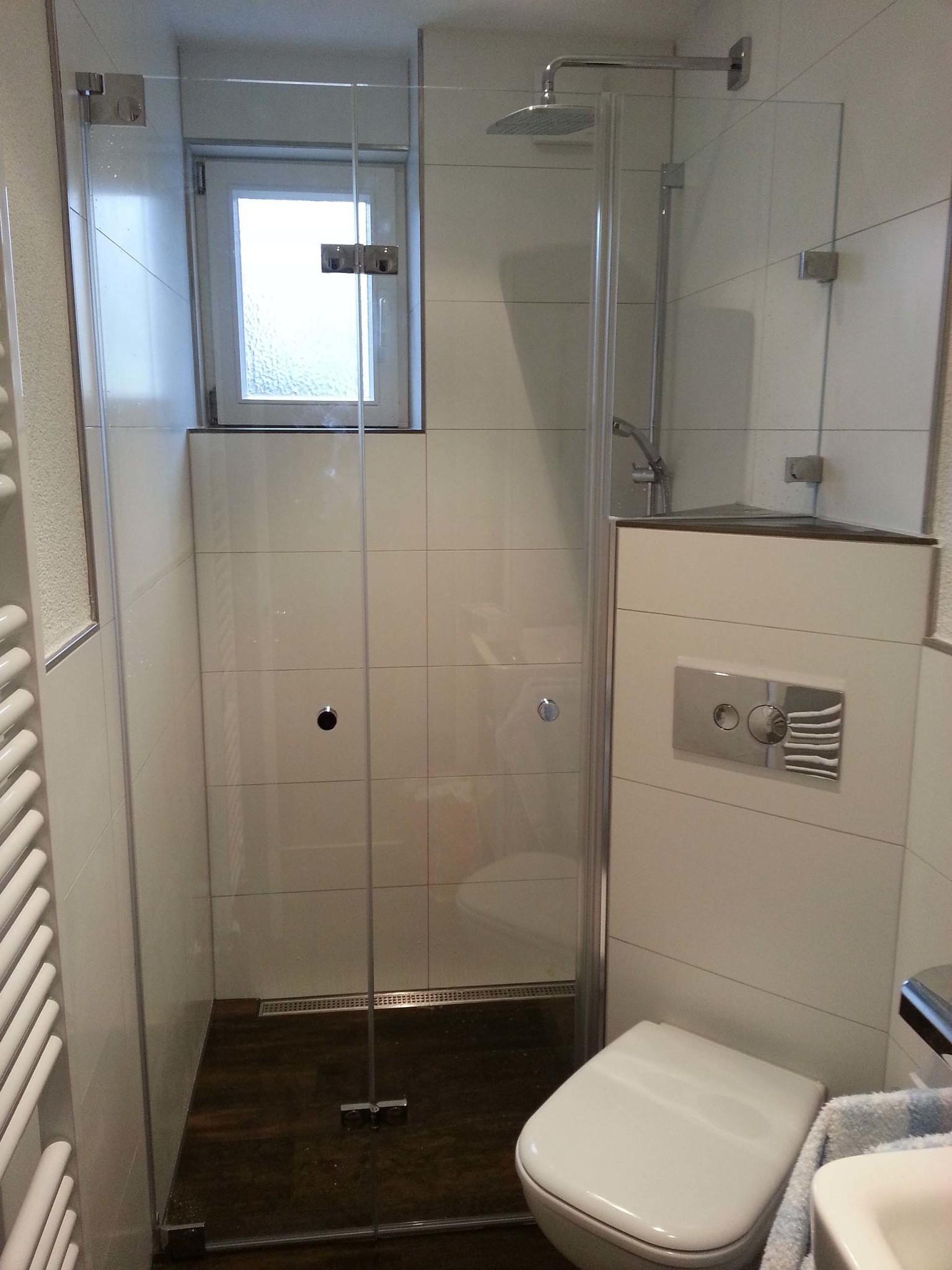 Tiba 470 auf bodeneben gefliester Dusche mit zusätzlichem Festteil auf dem Mauersockel
