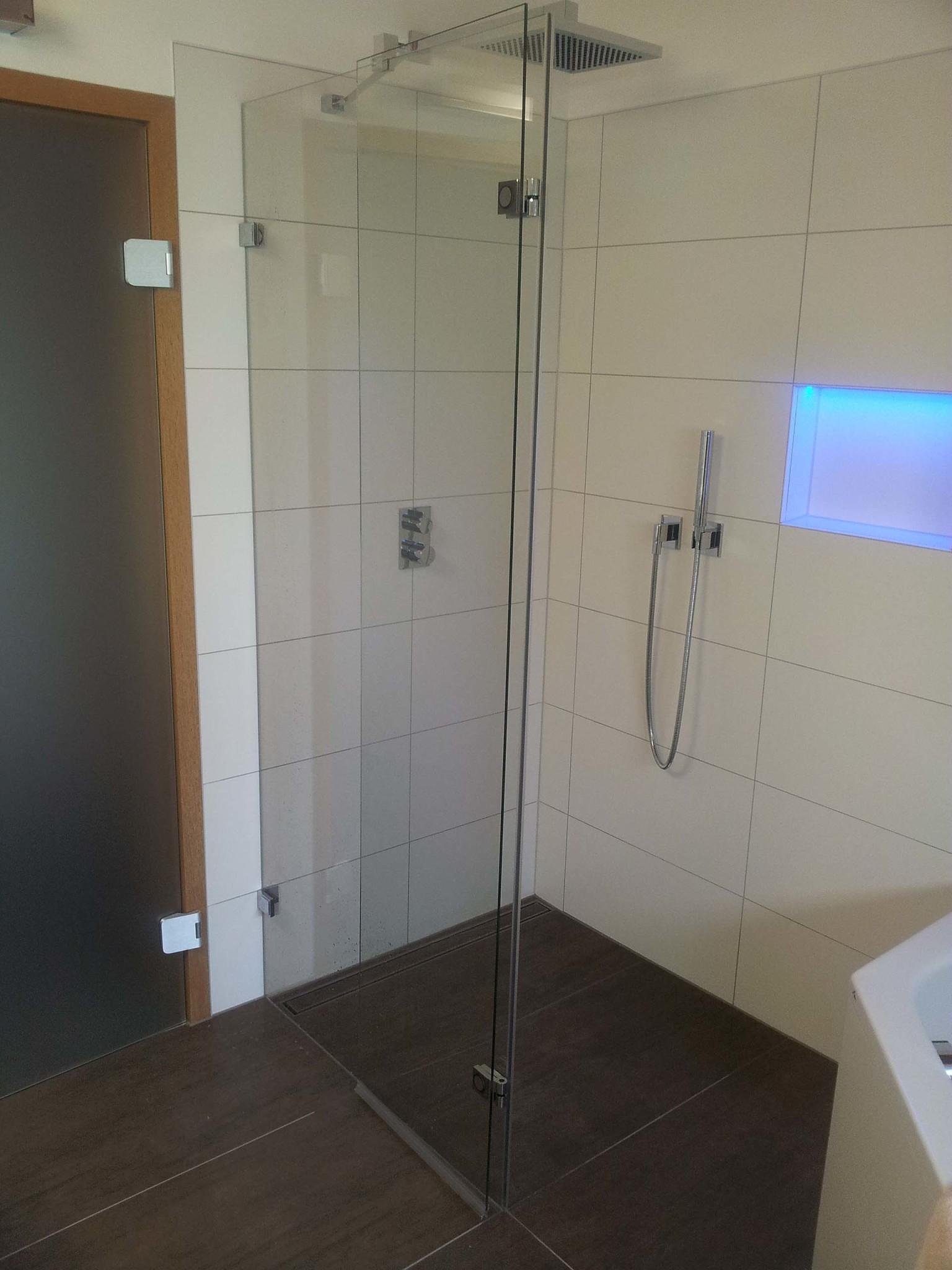 Walk In Dusche mit schmaler Türe zum nach aussen wegklappen
