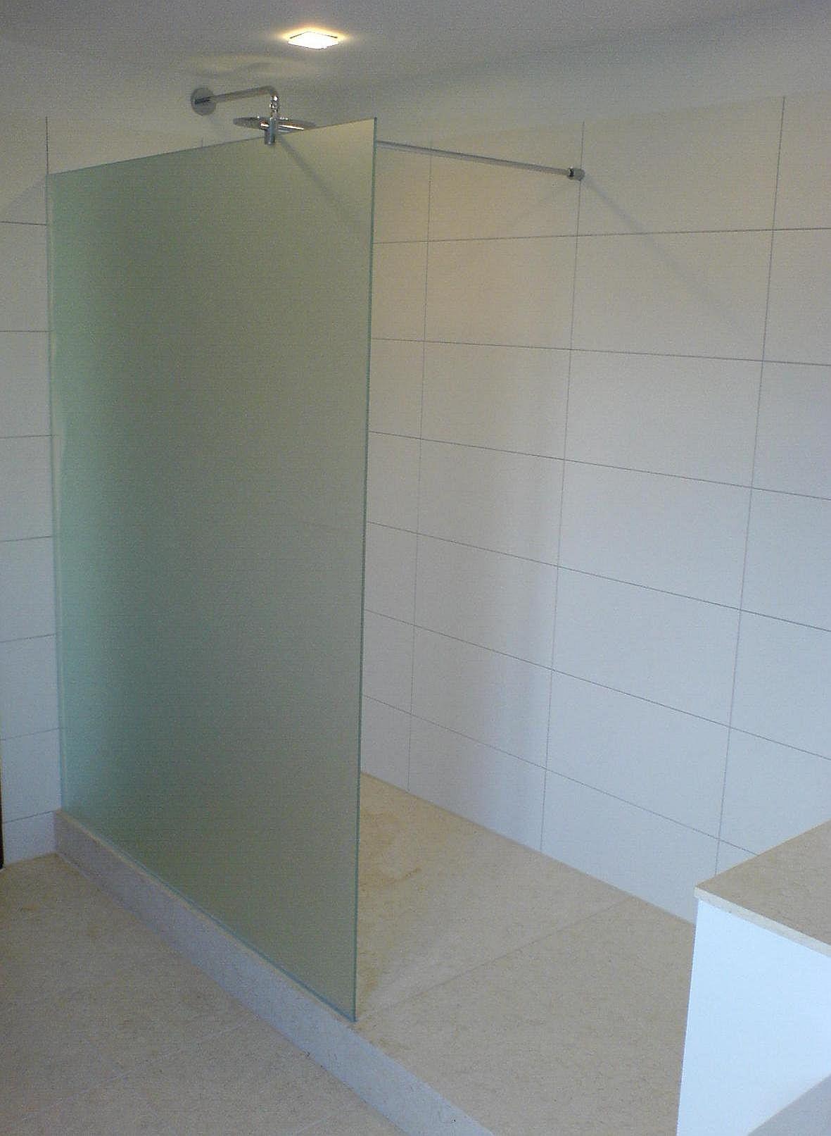 Walk In Dusche mit satiniertem Glas geklebt und Haltestange zur Stabilisation