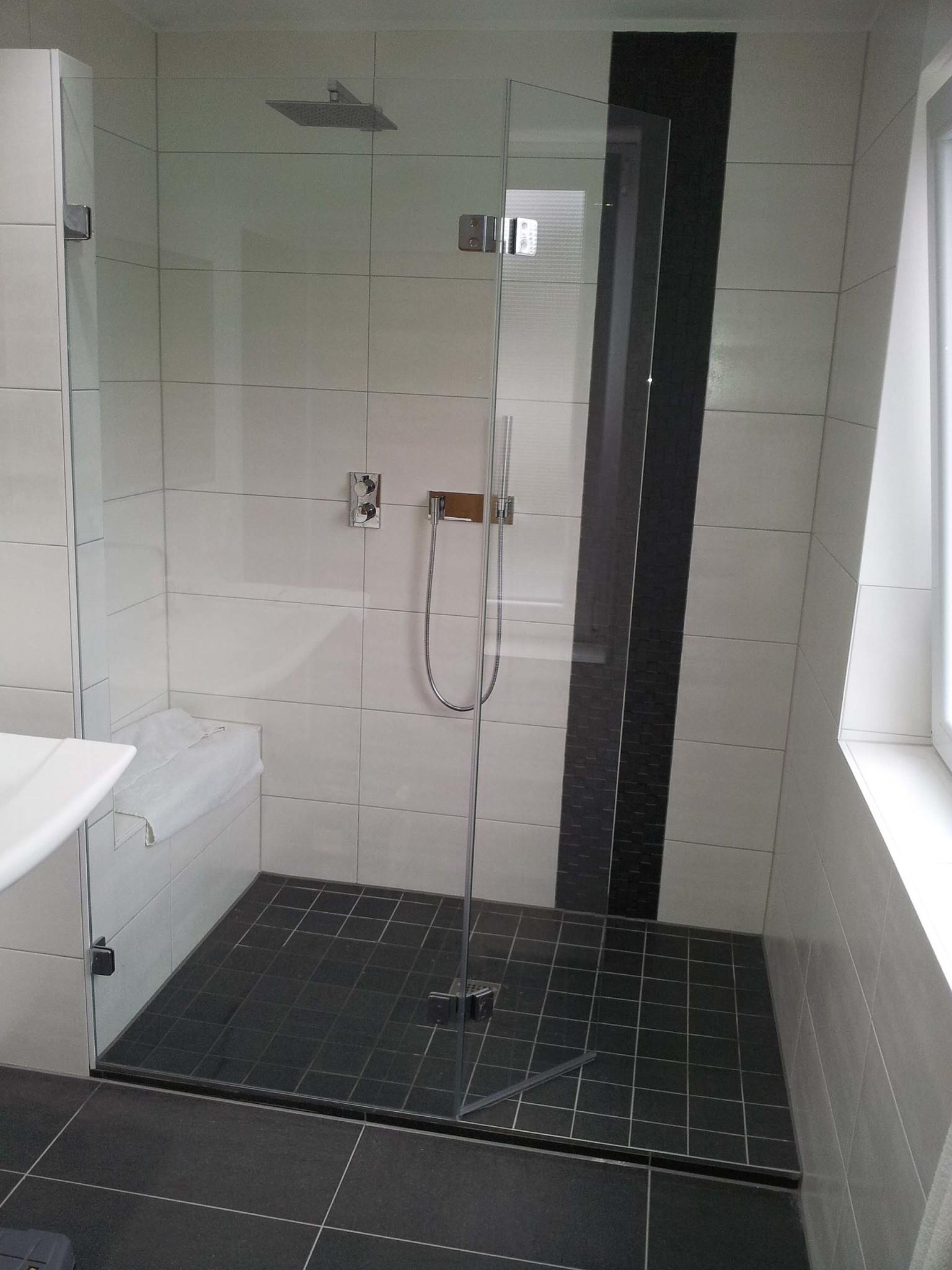 Walk In Dusche mit schmaler Türe im 45° Winkel zum nach innen wegklappen