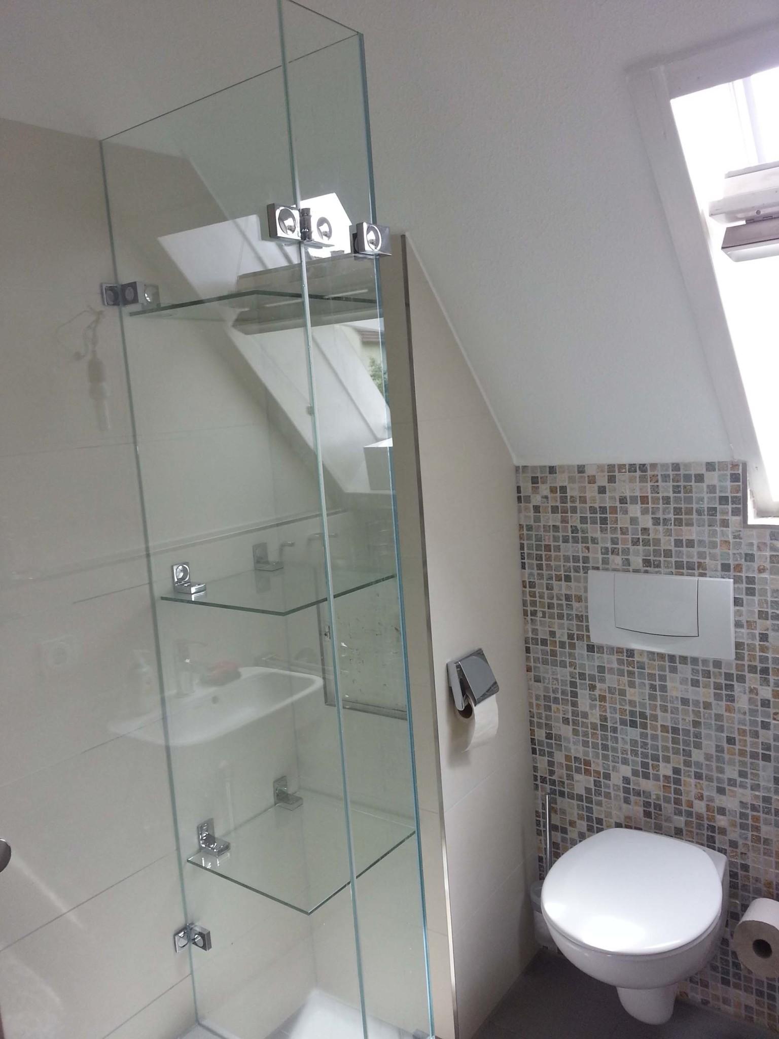 Duschkabine-mit-angeschlossenen-Glasablagen