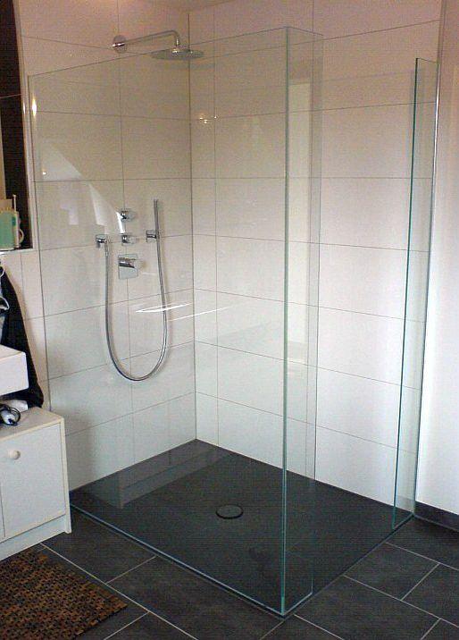 Walk In Dusche bestehend aus drei feststehenden Glasteilen geklebt