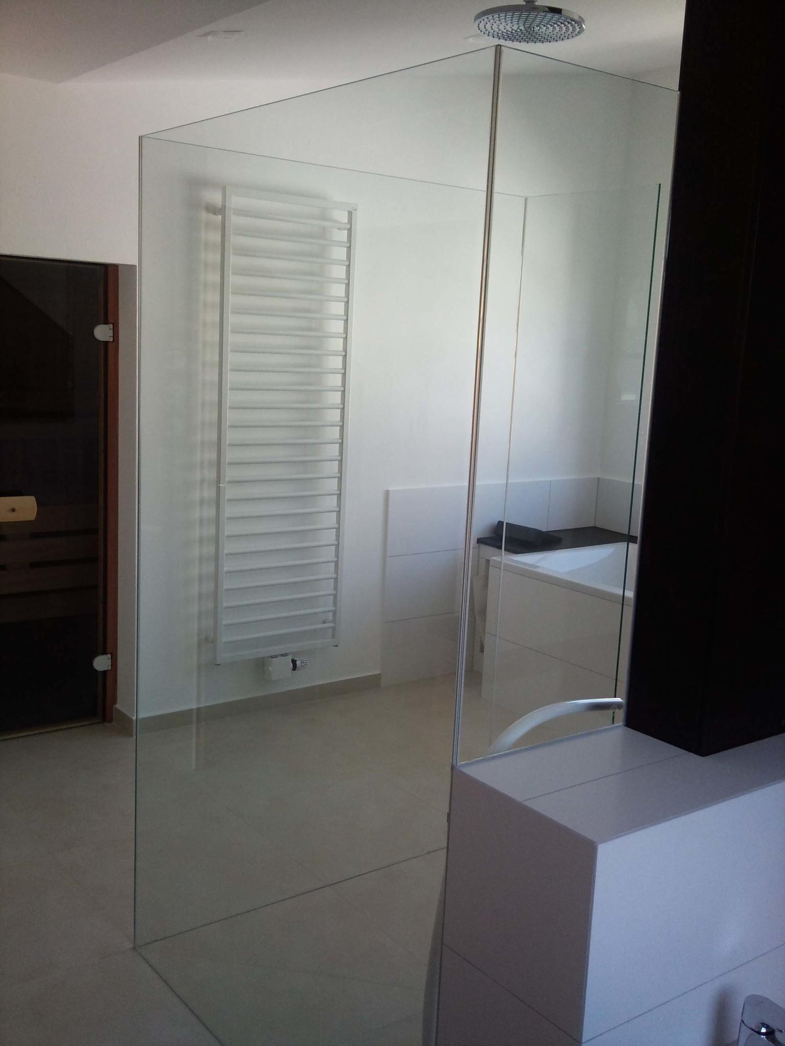 Feststehende-Glaswände-als-U-Kabine-frei-im-Raum-2