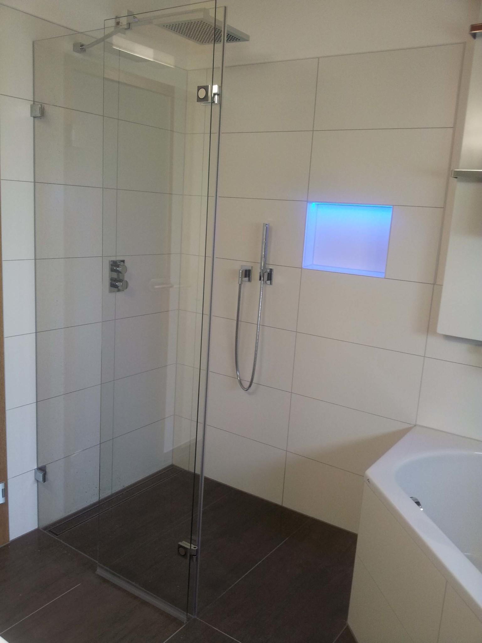 Midra Festteil mit schmaler Türe zum nach aussen wegklappen als Walk In Dusche (1)
